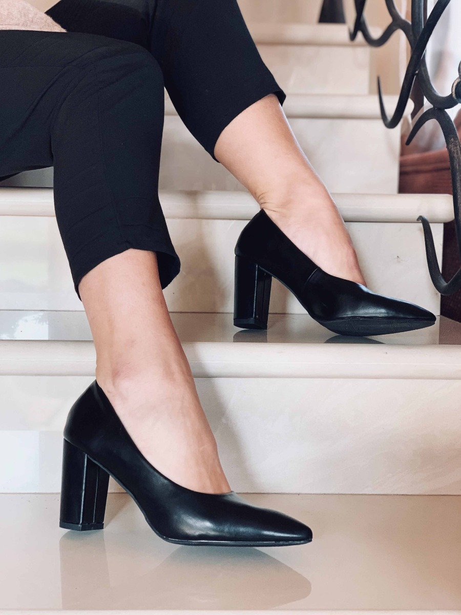 Laila Leather Like Μυτερή Γόβα, Μάυρο
